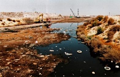 Lago de chorume. Tiradero de posición final Neza II, um dos maiores lixões da América Latina, Bordo de Xochiaca, Nezahualcoyotl, 2007. Negativo colorido.