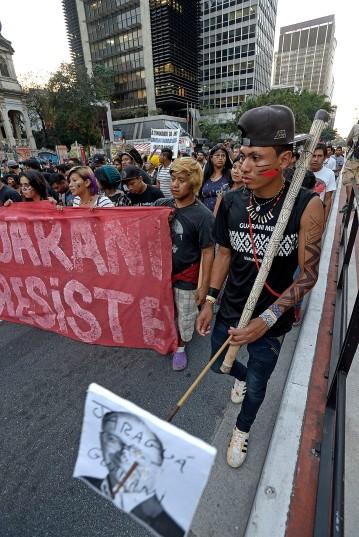 SP, 2017. Guaranis M´byas protestam na Av. Plta. contra medida do governo golpista que anula a demarcação permanente de suas terras.